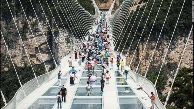 دانلود فیلم واقعیت مجازی 360 درجه پیاده روی بر روی پل شیشه ای معلق در چین